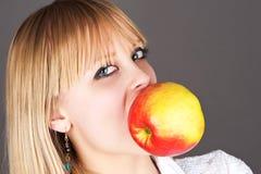 Großer Apfel in den Zähnen Lizenzfreie Stockfotos