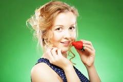 Schöne blonde Holding eine Erdbeere Stockfotos