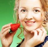 Schöne blonde Holding eine Erdbeere Stockbild