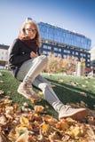 Schöne blonde Jugendliche in den Gläsern im Park Stockfotos