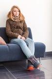 Schöne blonde Jugendliche in der warmen Kleidung Lizenzfreies Stockfoto