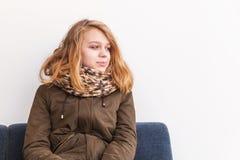 Schöne blonde Jugendliche in der warmen Kleidung Lizenzfreie Stockfotografie