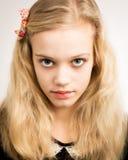 Schöne blonde Jugendliche, die in der Kamera schaut Lizenzfreies Stockfoto