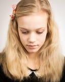Schöne blonde Jugendliche, die in der Kamera schaut Stockbild