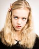 Schöne blonde Jugendliche, die in der Kamera schaut Stockfotografie