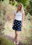 Schöne blonde Jugendliche draußen im Wald Lizenzfreie Stockfotografie