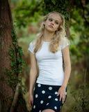 Schöne blonde Jugendliche draußen im Wald Lizenzfreie Stockbilder