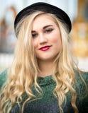 Schöne blonde Jugendliche in einer Melone Stockfotos
