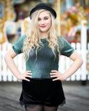 Schöne blonde Jugendliche in einer Melone Stockfotografie