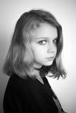 Schöne blonde Jugendliche im Schwarzen einfarbig Stockfotografie