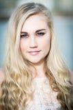 Schöne blonde Jugendliche mit blauen Augen Lizenzfreie Stockfotografie
