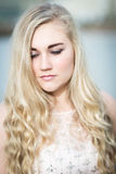 Schöne blonde Jugendliche mit blauen Augen Lizenzfreies Stockbild