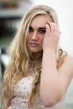 Schöne blonde Jugendliche mit blauen Augen Stockfoto