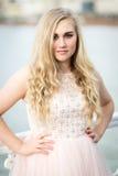 Schöne blonde Jugendliche mit blauen Augen Stockbild