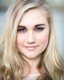 Schöne blonde Jugendliche mit blauen Augen Lizenzfreies Stockfoto