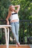Schöne blonde Jugendliche steht auf Balkon Stockbilder