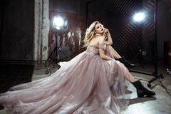Schöne blonde junge Brautfrau im Farbhochzeitskleid Schließen Sie herauf Porträt Lizenzfreie Stockfotografie