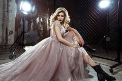 Schöne blonde junge Brautfrau im Farbhochzeitskleid Schließen Sie herauf Porträt Lizenzfreie Stockfotos