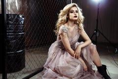 Schöne blonde junge Brautfrau im Farbhochzeitskleid Schließen Sie herauf Porträt Stockfotografie