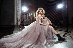 Schöne blonde junge Brautfrau im Farbhochzeitskleid Schließen Sie herauf Porträt Lizenzfreie Stockbilder
