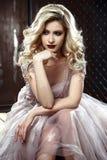 Schöne blonde junge Brautfrau im Farbhochzeitskleid Schließen Sie herauf Porträt Lizenzfreies Stockfoto