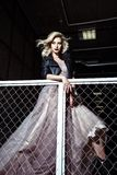 Schöne blonde junge Brautfrau im Farbhochzeitskleid Schließen Sie herauf Porträt Stockfotos