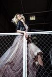 Schöne blonde junge Brautfrau im Farbhochzeitskleid Schließen Sie herauf Porträt Stockfoto