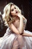 Schöne blonde junge Brautfrau im Farbhochzeitskleid Schließen Sie herauf Porträt Stockbild
