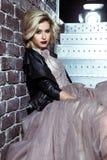 Schöne blonde junge Brautfrau im Farbhochzeitskleid Schließen Sie herauf Porträt Stockbilder