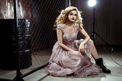 Schöne blonde junge Brautfrau im Farbhochzeitskleid Schließen Sie herauf Porträt Lizenzfreies Stockbild
