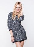 Schöne blonde junge Dame, die im Kleid aufwirft Lizenzfreie Stockfotos