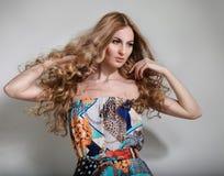 Schöne blonde junge Frau Stockfoto