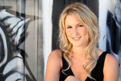 Schöne blonde junge Frau Stockfotos