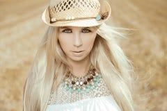 Schöne, blonde junge Frau Stockfotografie