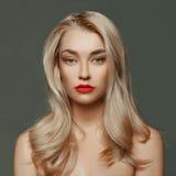 Schöne blonde junge Frau Lizenzfreie Stockbilder