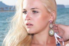 Schöne blonde junge Frau auf dem Strand Stockfotos