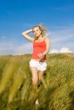 Schöne blonde junge Frau auf Feld Stockfotos