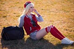 Schöne blonde junge Frau bei der Aufstellung Stockfotos