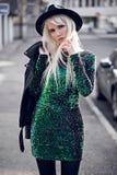 Schöne blonde junge Frau bei der Aufstellung Stockfoto