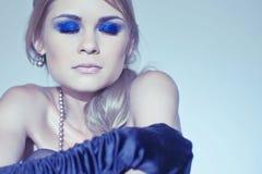 Schöne blonde junge Frau in den langen schwarzen Handschuhen Lizenzfreie Stockfotos