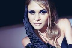 Schöne blonde junge Frau in den langen schwarzen Handschuhen Lizenzfreies Stockfoto