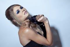 Schöne blonde junge Frau in den langen schwarzen Handschuhen Lizenzfreie Stockbilder