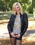 Schöne blonde junge Frau in der Natur lizenzfreie stockbilder