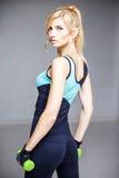 Schöne blonde junge Frau in der Sportart Lizenzfreie Stockfotografie