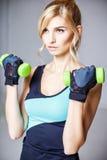 Schöne blonde junge Frau in der Sportart Stockbild