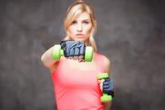 Schöne blonde junge Frau in der Sportart Lizenzfreies Stockfoto