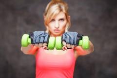 Schöne blonde junge Frau in der Sportart Lizenzfreie Stockfotos