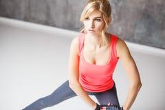 Schöne blonde junge Frau in der Sportart Stockfoto