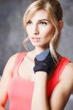 Schöne blonde junge Frau in der Sportart Stockbilder