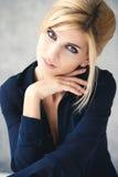 Schöne blonde junge Frau in der zufälligen Art Art- und Weisebaumuster im goldenen Kleid Lizenzfreie Stockfotos